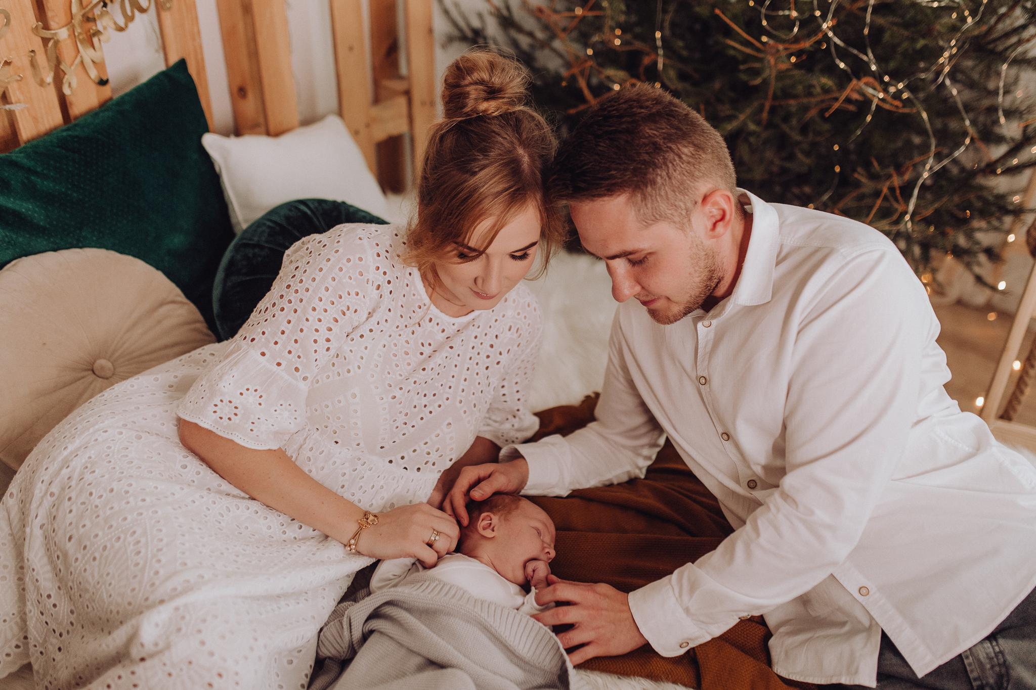 Sesja noworodkowa rodzinna Tymon Monika i Mateusz NET-53